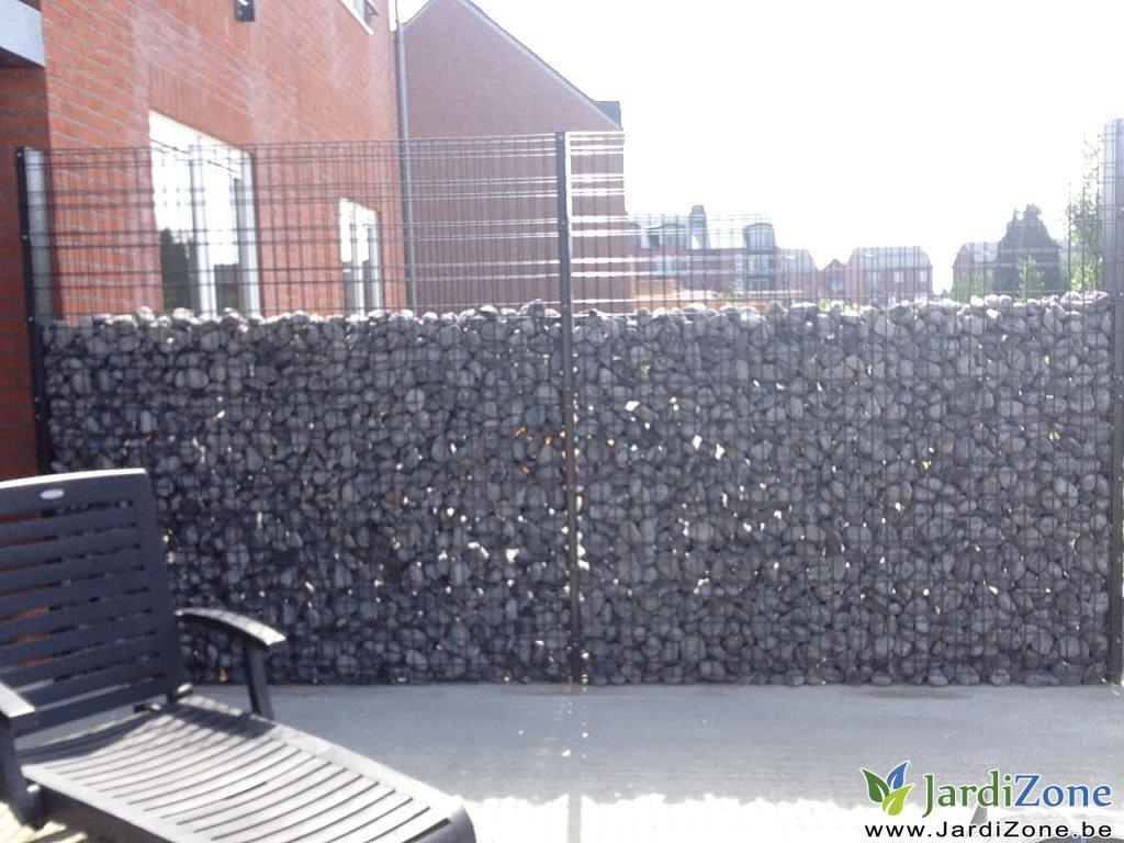 mur en grillage et cailloux elegant panneau noisetier tressage horizontal ou vertical with mur. Black Bedroom Furniture Sets. Home Design Ideas